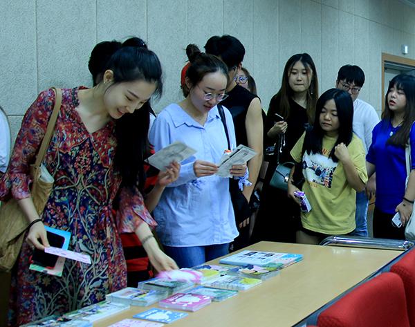 작품 엽서들을 보고 있는 학생들.jpg