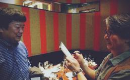 일본 도쿄 마루노우치 빌딩 술집에서 모토히로 카츠유키 감독과 썸네일 사진